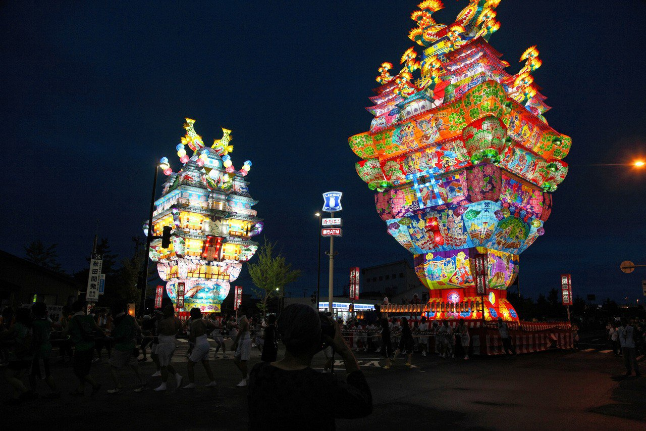「能代七夕-天空的不夜城」擁有日本最高的城郭型燈籠「愛季」,高達24.1公尺。圖...