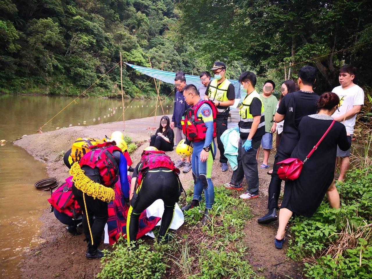 新北市坪林區昨天發生9名遊客在虎寮潭露營區旁玩水時,因山區午後降下陣雨造成溪水暴...