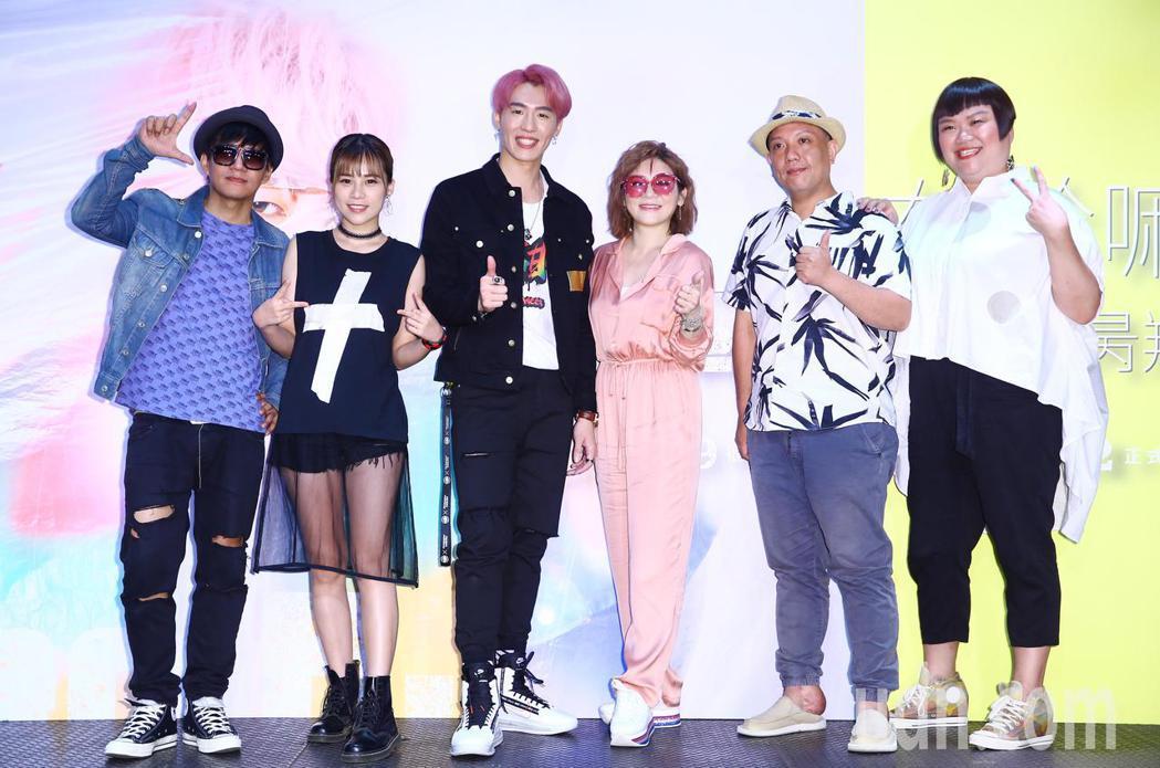 創作歌手黃昺翔(左三)舉行新專輯《你在幹嘛》發片記者會,包括「金曲30」最佳客語...