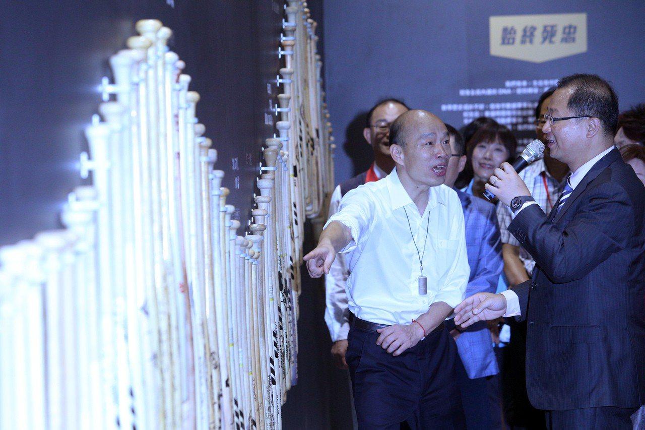中華職棒大聯盟會長吳志揚(右)向高雄市長韓國瑜(左)介紹中華職棒30年點點滴滴。...