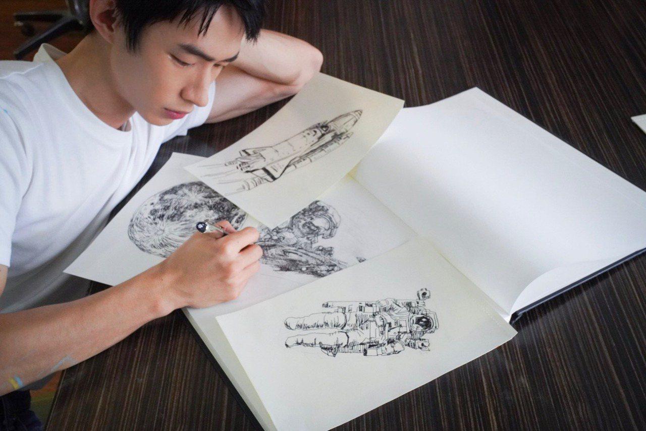 黃河以直逼專業插畫家的水準,以萬寶龍全新星際行者系列書寫工具繪畫。圖/萬寶龍提供