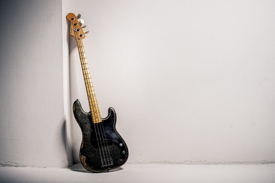 J所使用的這把「_57 Precision Bass® Relic Revers...