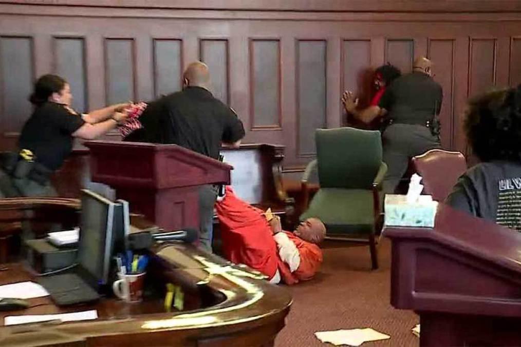 影/弒母兇手出庭!兩兒子氣不過、將他拖下椅狠揍