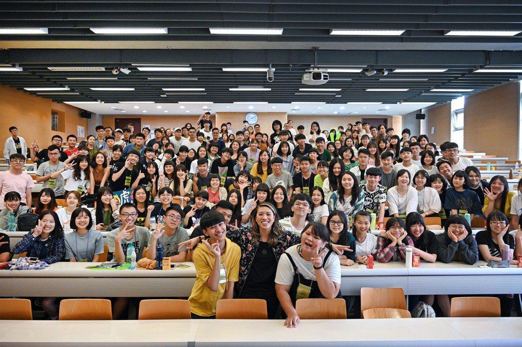 葛仲珊要下課前,熱情邀約同學們一同來個大合照。圖/環球音樂提供