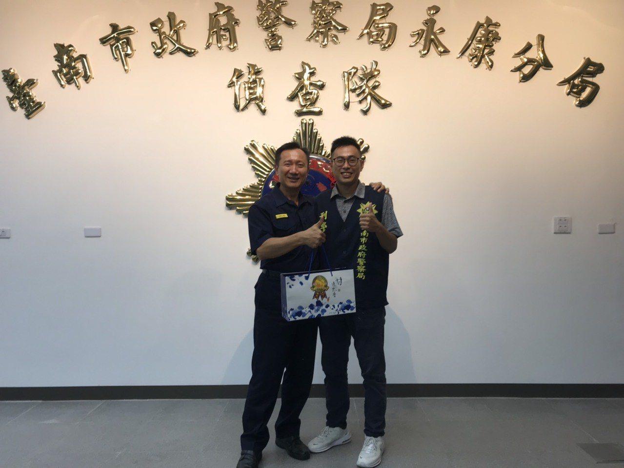 市警局副局長李政曉(左一)到分局頒發破案茶,領獎的有功員警之一恰恰是他的兒子李阜...