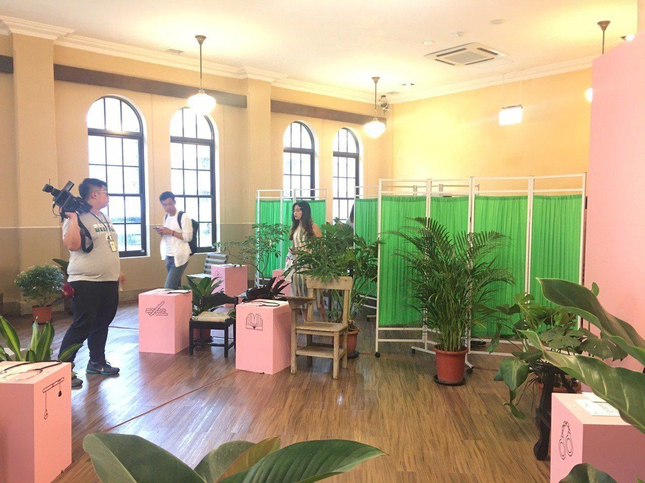 「懶雲診療室」特展,展間以診療室樣貌呈現。記者魏莨伊/攝影
