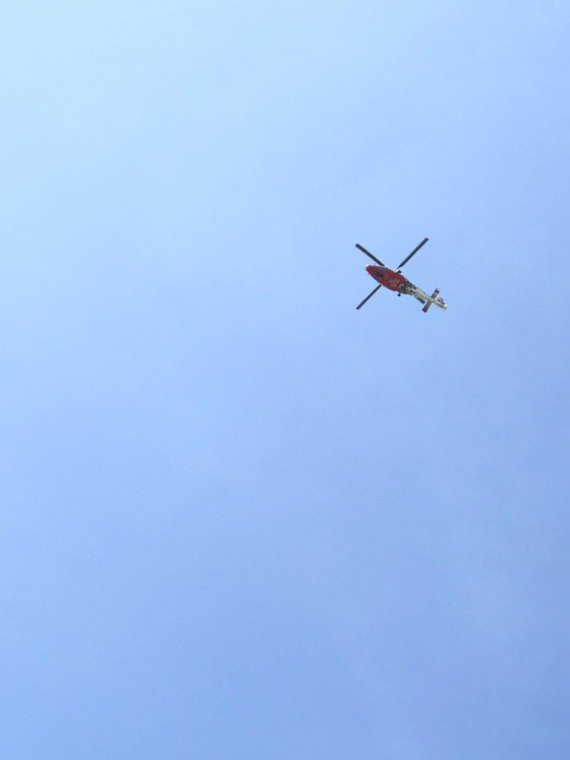 台中港務消防隊出動5車12人,並請海巡隊船艇及空勤總隊直昇機支援協尋。記者余采瀅...