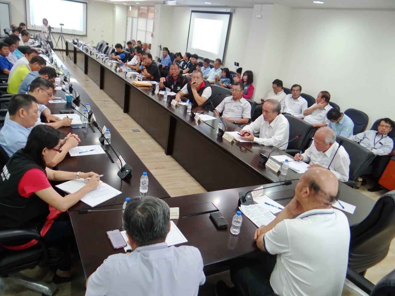 六輕和麥寮首度啟動地方通平台會議,商討六輕回饋金調高的問題。記者蔡維斌/攝影
