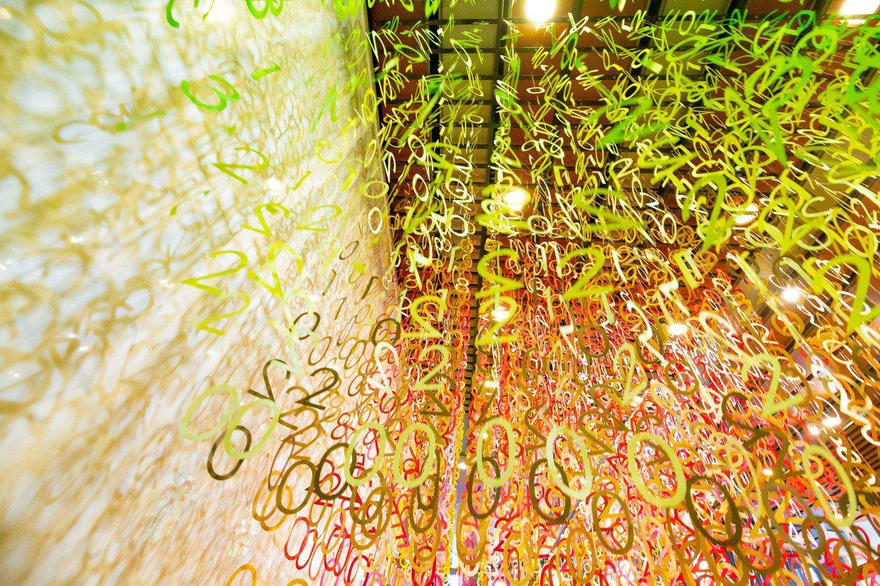 「Emmanuelle:100 colors光譜漫遊」特展,從各個角度可看見不一...