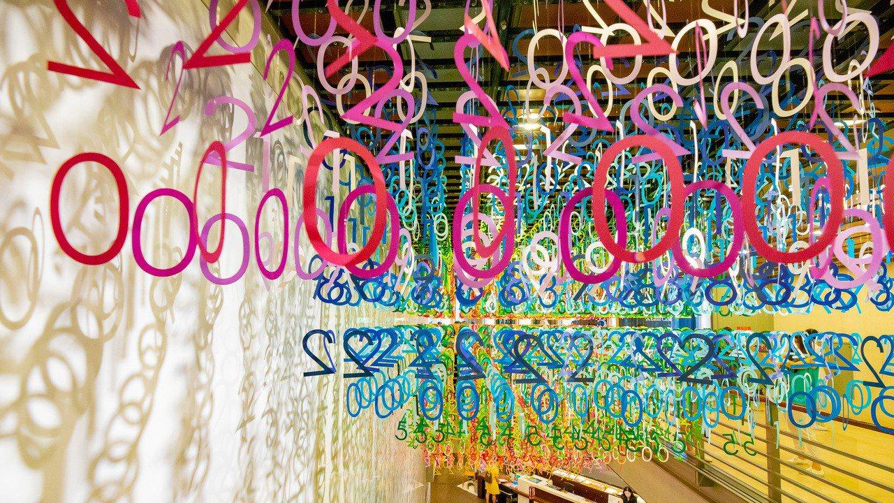 「Emmanuelle:100 colors光譜漫遊」特展,用年份數字構成誠品3...