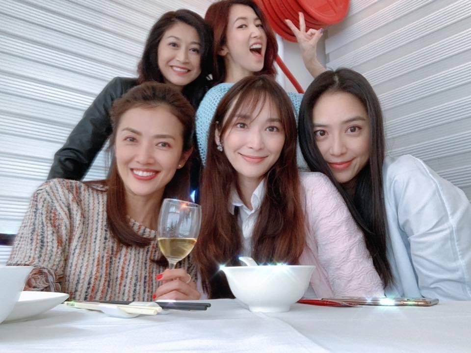 白歆惠(右起)、吳佩慈、廖家儀、胡晴雯、賈欣惠都是嫁到香港的台灣女星,近日齊聚喝