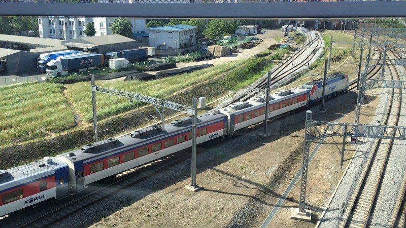 首爾站旁的空中花園,可居高臨下拍攝火車照片。記者吳姿賢/攝影
