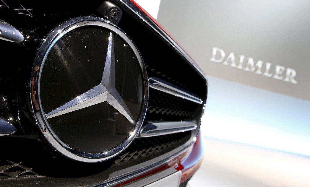 賓士母公司戴姆勒(Daimler)12日調降全年財測。路透