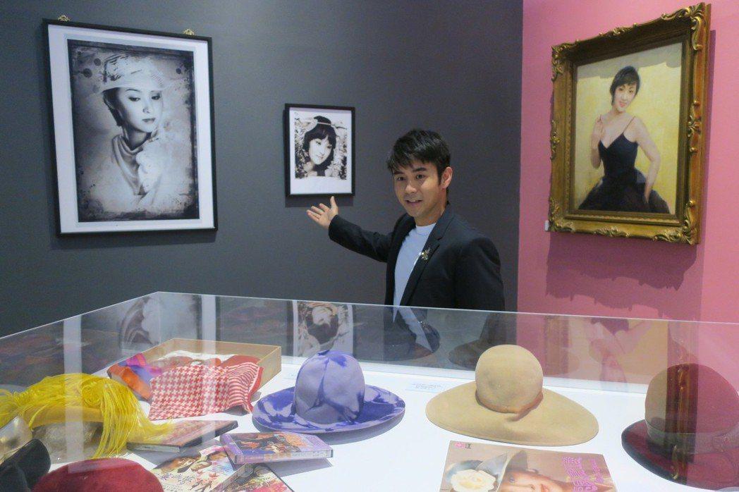 章立衡介紹母親甄珍昔日美照及拍片的造型。記者/蘇詠智攝影