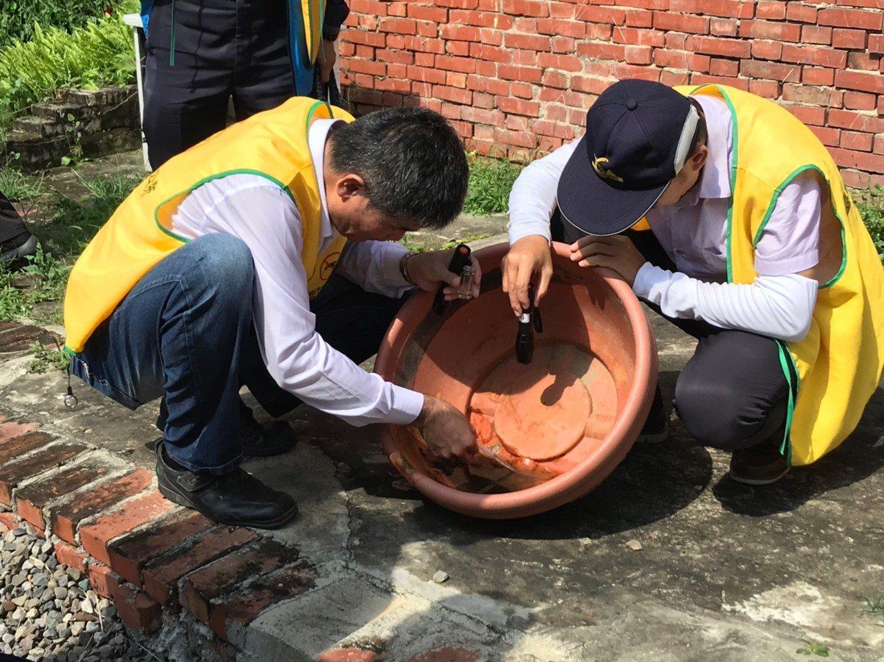 台南市鹽水區長呂煌男(左)帶隊檢視盆栽積水抽樣。圖/鹽水區公所提供