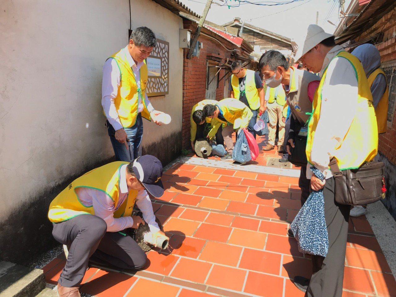 台南市鹽水區公所下午動員檢視巷弄有無孑子。圖/鹽水區公所提供