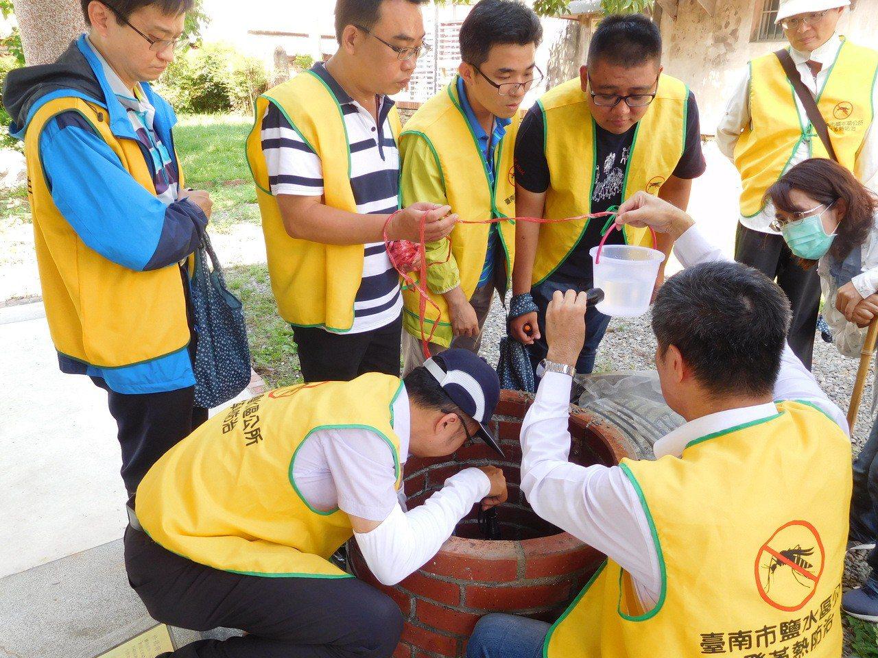 台南市鹽水區公所下午動員檢視古井有無孑子。圖/鹽水區公所提供