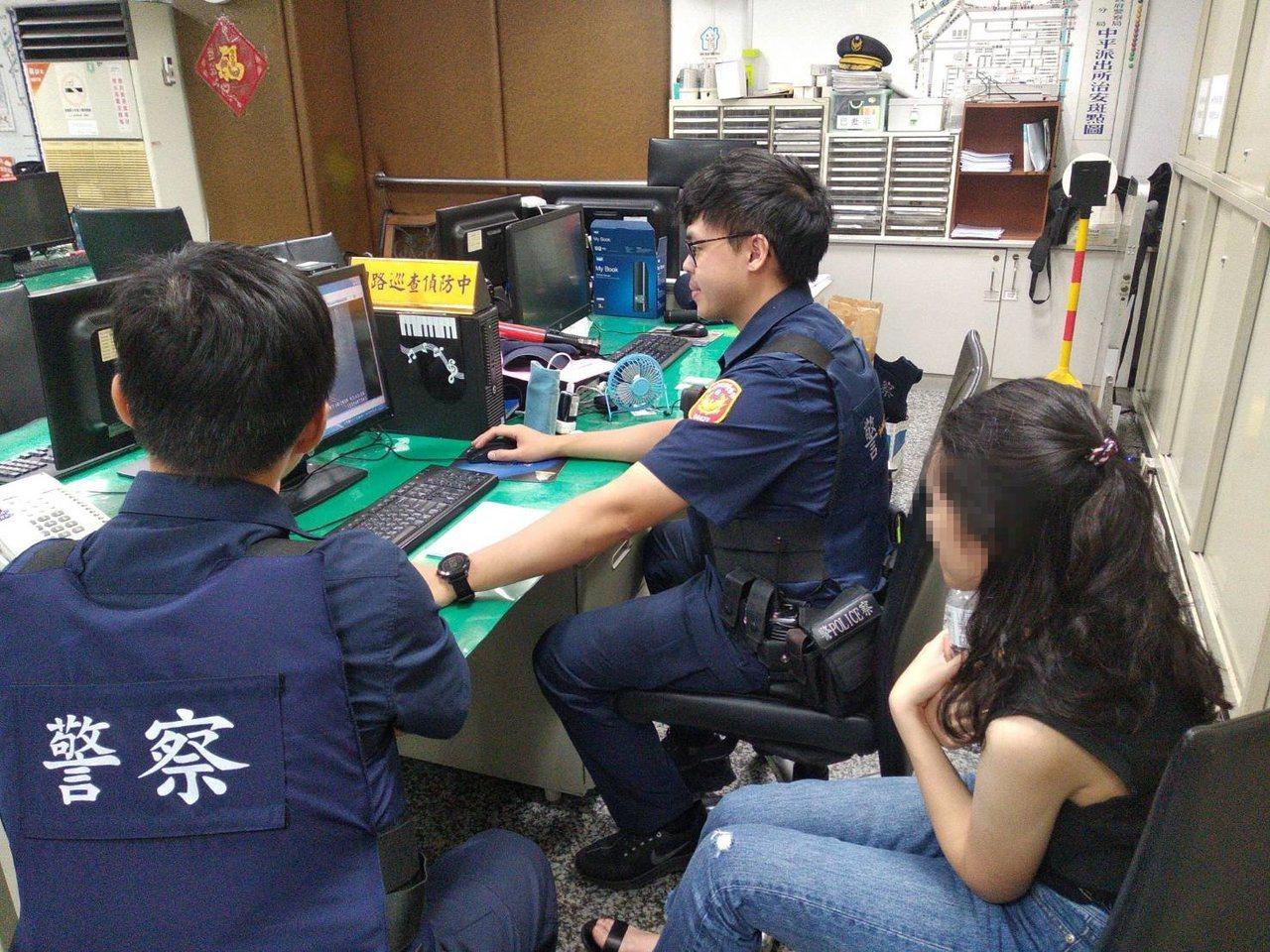 來台旅遊的香港女大生搭小黃卻掉手機,台灣警察只花1小時就幫她找回。記者巫鴻瑋/翻...