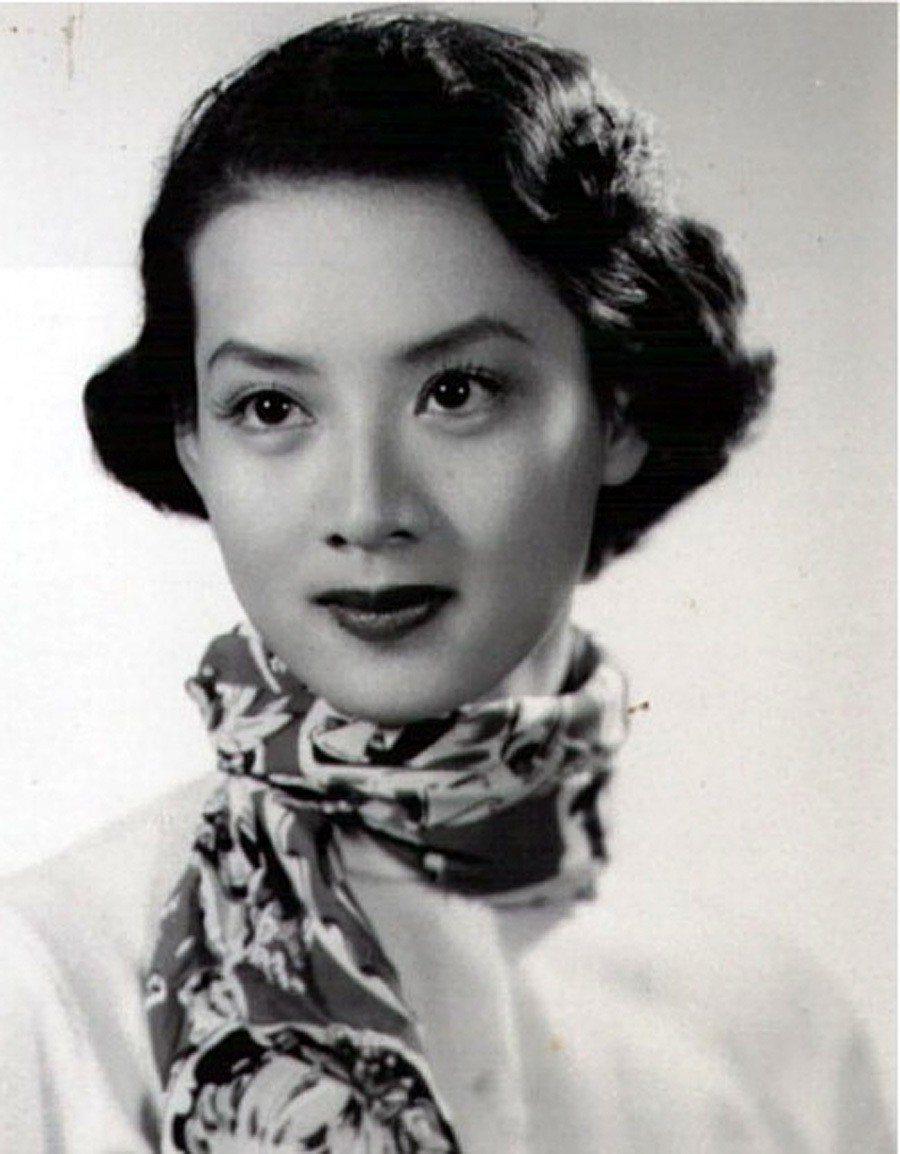 707尤敏雖然也主演過不少彩色片,但她仍舊以精緻瑰麗的黑白電影形象讓大家懷念。作...