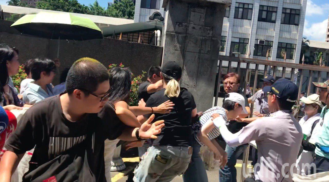 雙方當時爆發肢體衝突,獨派青年楊侒橙、王騰葦因攻擊陳友達,被依傷害罪嫌起訴。圖/...