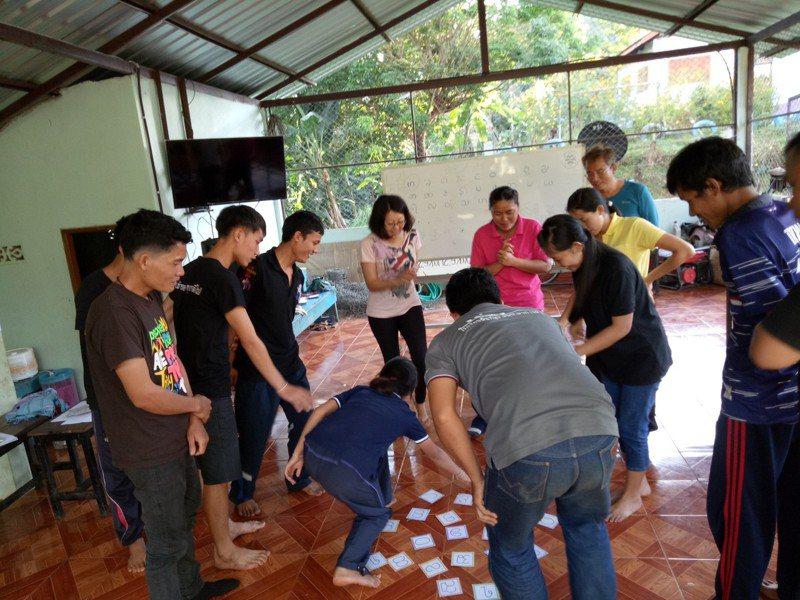 吳佩璇(左4)參與「師訓」,設計克倫文字字卡搶答活動,現場參與教師亦將這遊戲應用在課堂學習,讓學習克倫文字變得有趣。圖/教育部提供