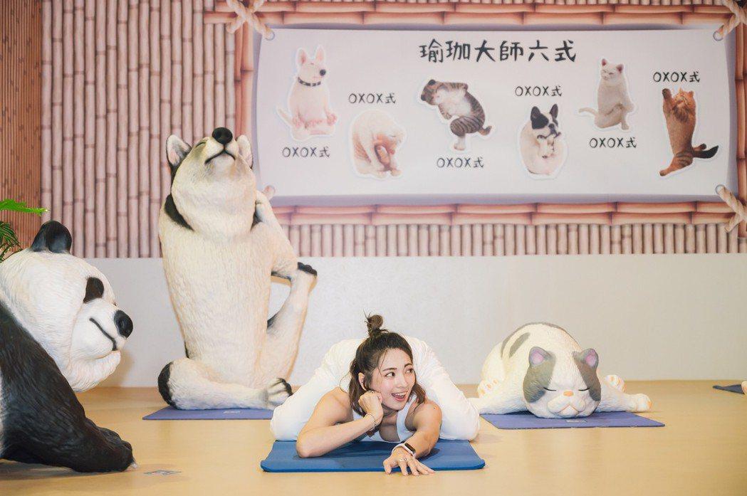 阿喜參觀「動物也瘋狂朝隈俊男的Animal Life」特展,配合展區擺出各種架勢...