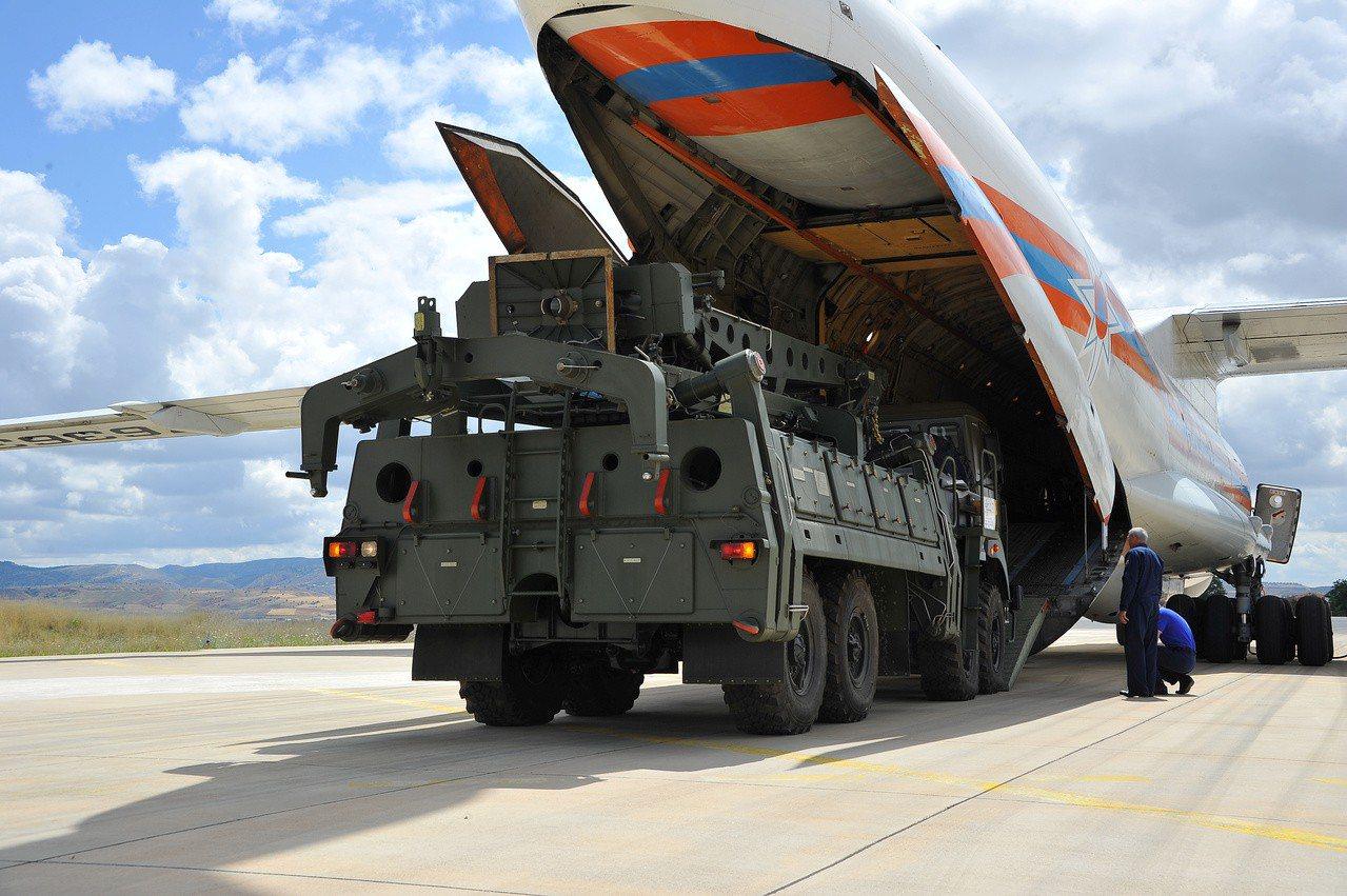 土耳其購入的S-400防空系統首批零件12日運抵安卡拉一處空軍基地。路透