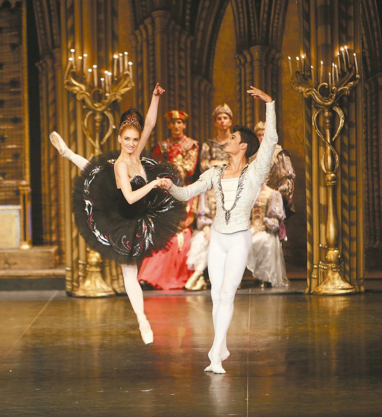 聖彼得堡芭蕾舞團來台巡演,由現任首席女伶伊蓮娜.歌勒妮高娃(左)領軍,攜手「炫技...