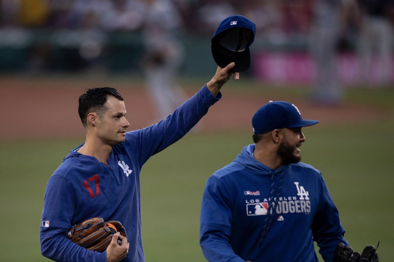 凱利(左)改以道奇的一員重回前東家紅襪,賽前受到球迷歡迎。 截圖自紅襪官方推特