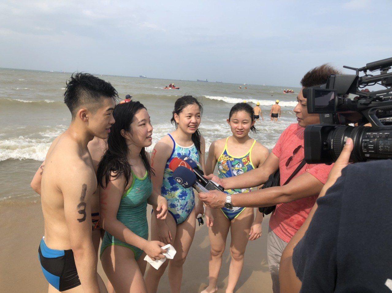 松山高中學生首度來金門參賽,大呼金門的海邊很美,可惜這次無法下水游泳。記者蔡家蓁...