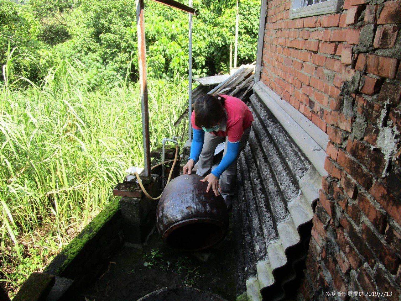 台南市政府防疫人員於台南市左鎮區榮和里執行孳生源查核。圖/疾病管制署提供