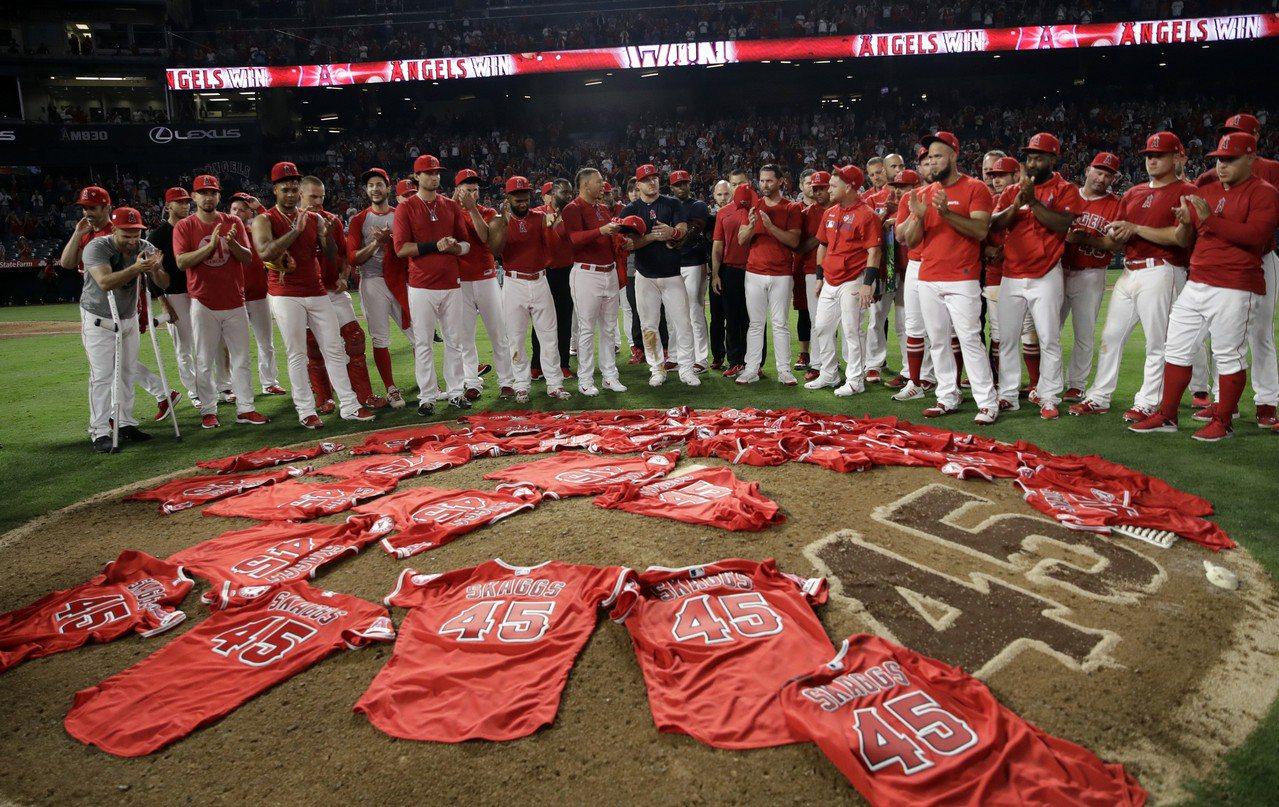 棒球之神真的存在,天使此役全隊穿上45號追思驟逝隊友史凱格斯,結果演出一場接力無...