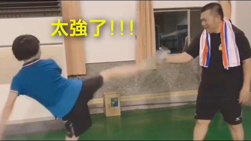 跆拳道黑帶一段的嘉義縣議員林緗亭,飛踢一腳就將瓶蓋踢飛。 圖/翻攝自蔡易餘臉書