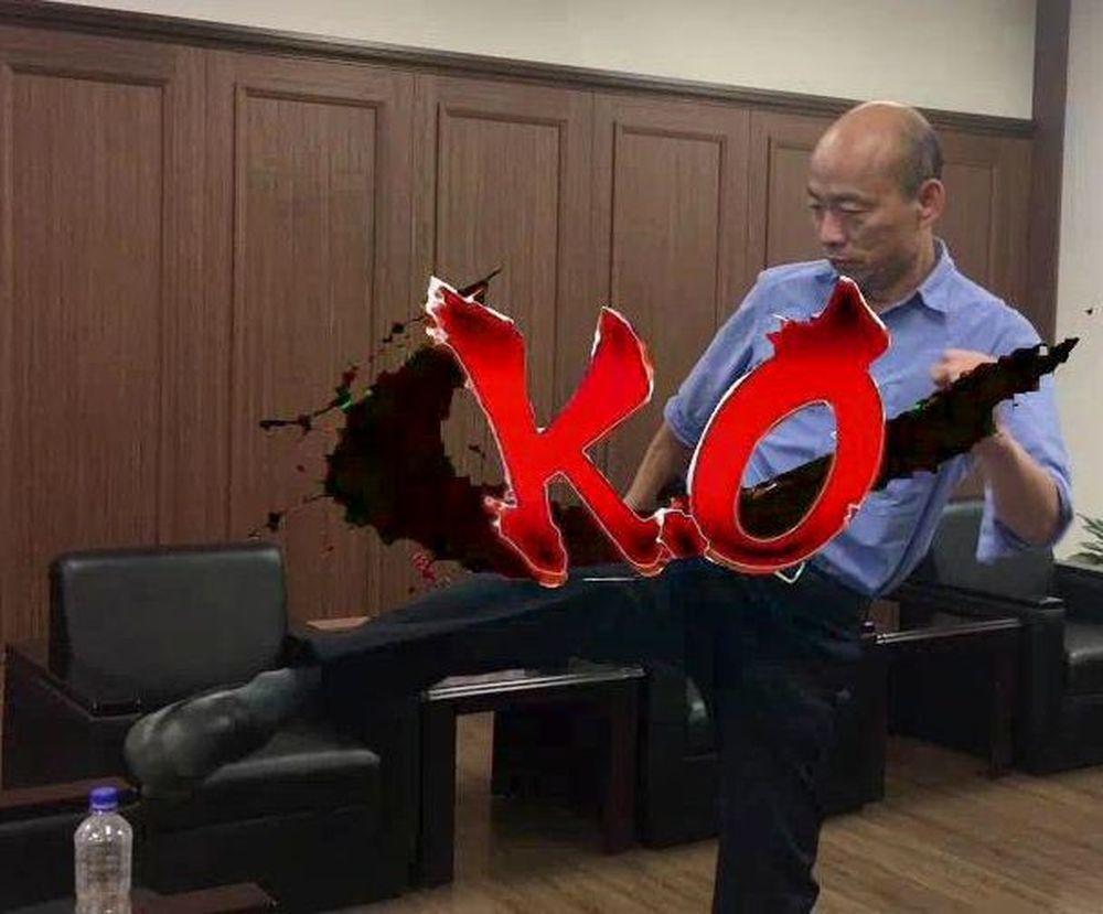 高雄市長韓國瑜踢開保特瓶蓋,挑戰成功。 圖/翻攝韓國瑜官Line影片