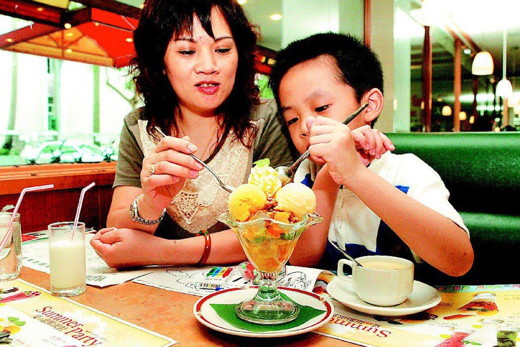一般台灣家庭中,小孩想吃甜食或速食,往往都需要經過媽媽的許可。圖/聯合報系資料照...