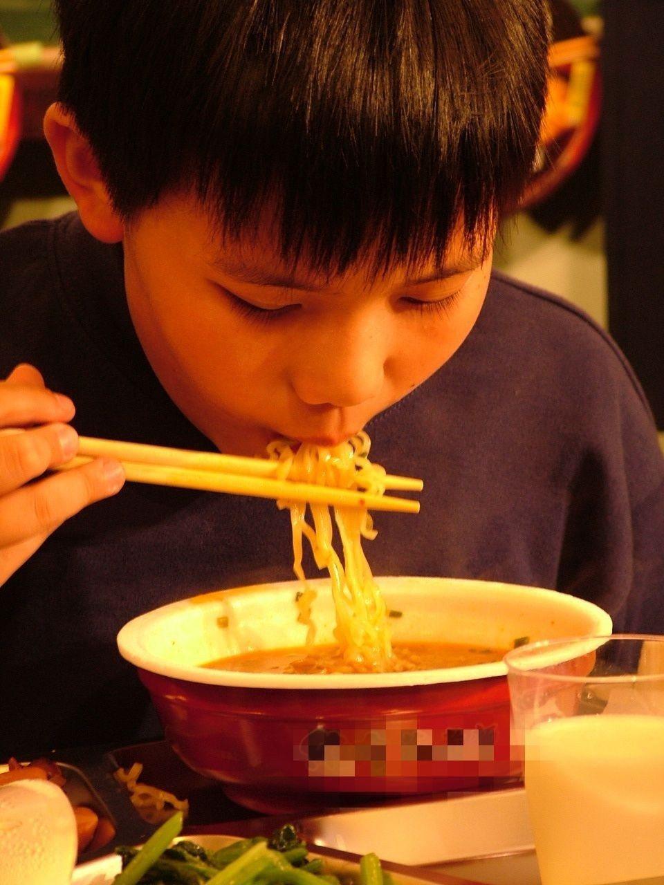 多數爸爸不重視飲食均衡,若媽媽不在家,常常用泡麵解決自己跟孩子的一餐。圖/聯合報...