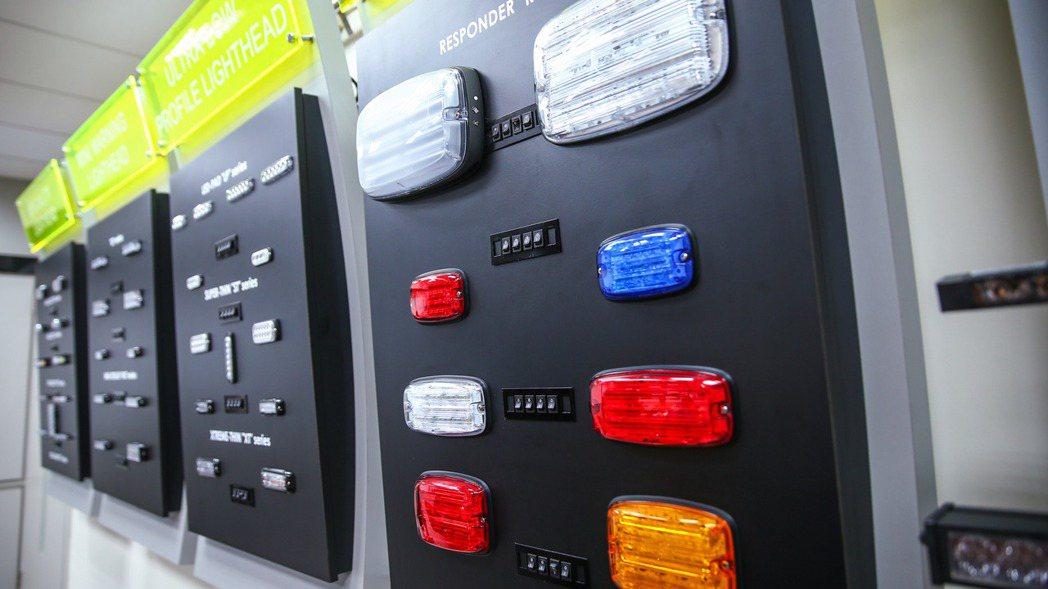 JULUEN巨輪興業各類警示燈產品。 記者王騰毅/攝影