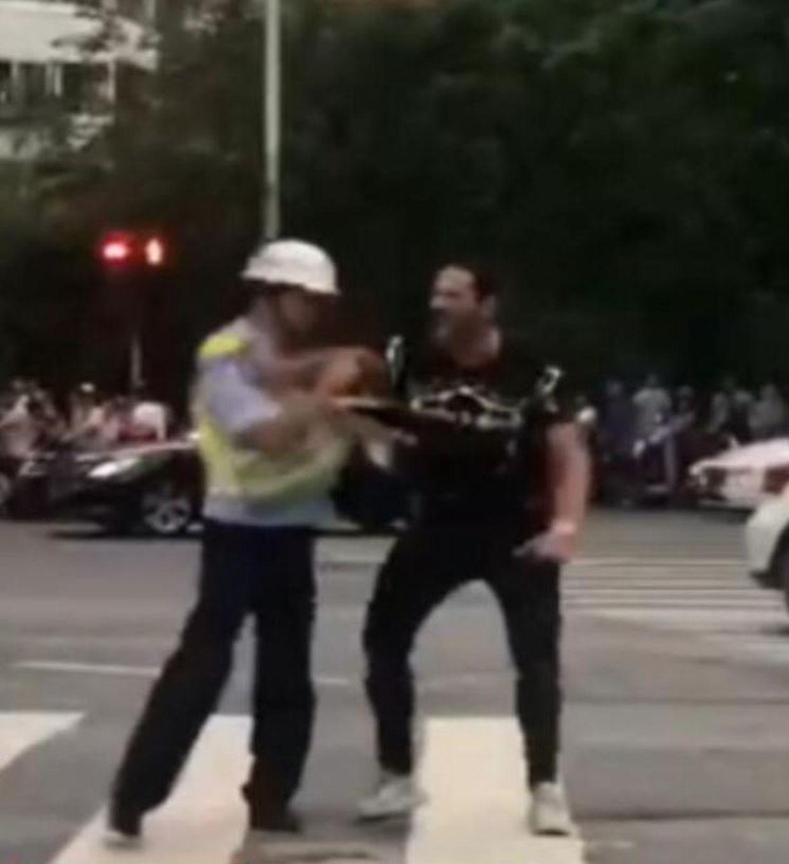 在街頭推搡交警的福建農林大學外籍留學男子。 (影片截圖)