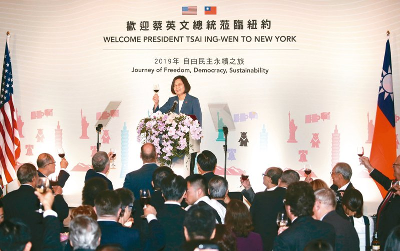 蔡英文總統出訪友邦過境紐約。12日(當地時間)出席僑界晚宴致詞,向與會來賓舉杯致意。 中央社