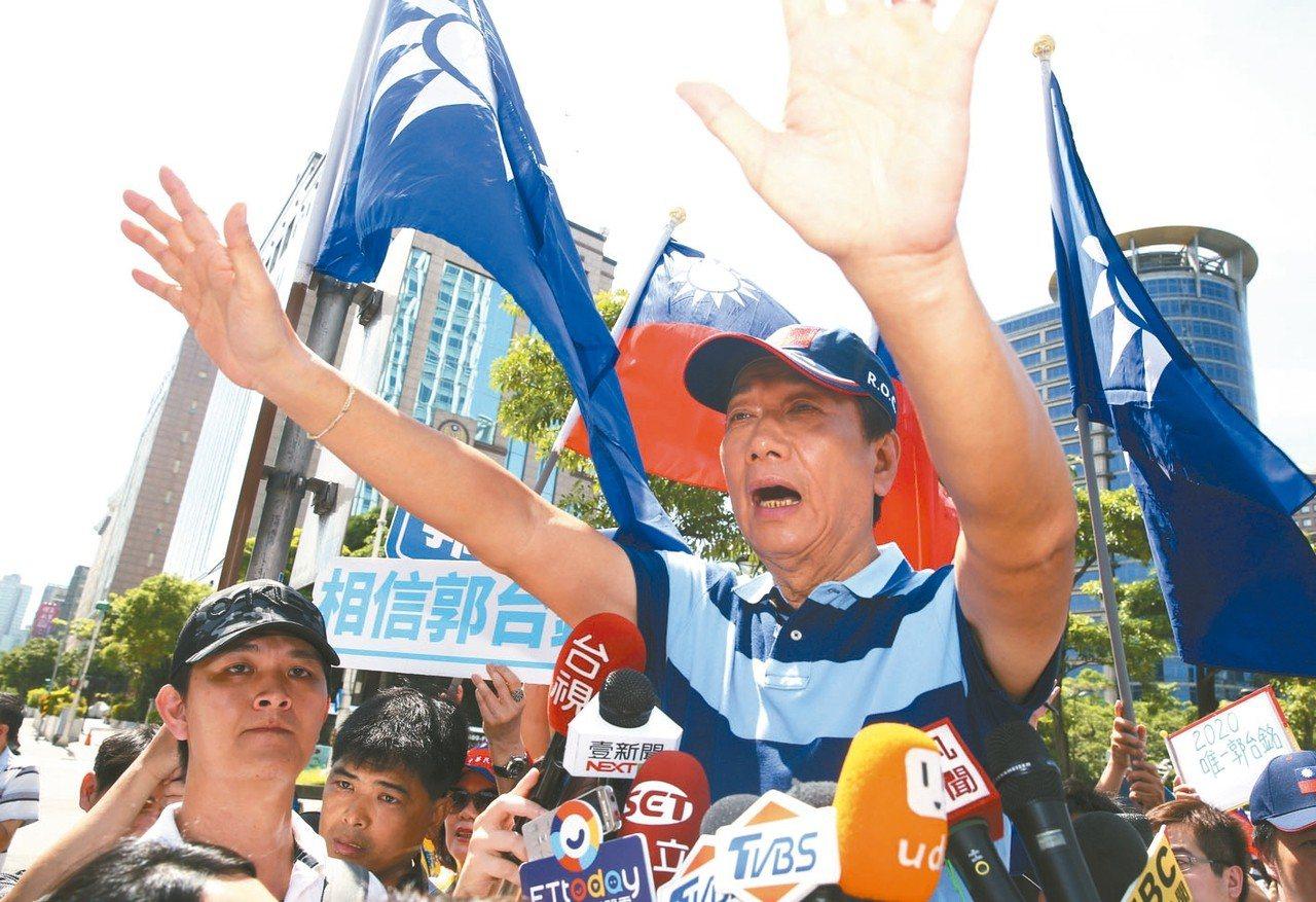國民黨總統初選參選人郭台銘,上午舉行「跟著郭懂遊街去」活動,以掃街拜票做為民調的...