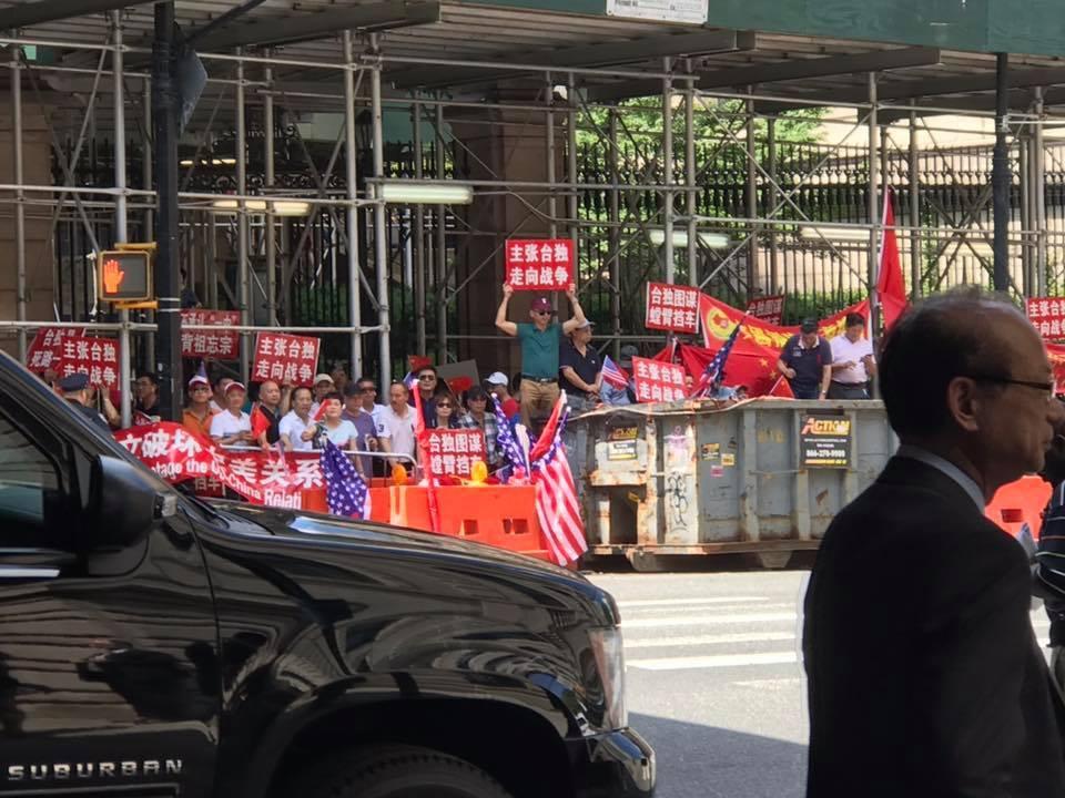 中方團體今天轉戰哥大校園抗議,在紐約警方加強駐守下,現場氣氛大致平和。圖擷自...