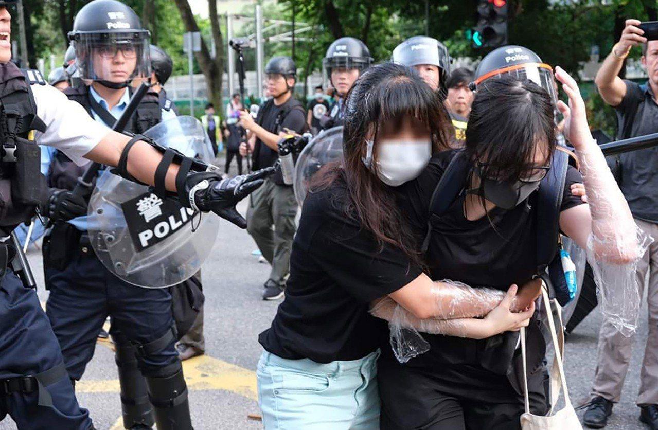 由香港網民發起的「光復上水」遊行,13日傍晚爆發零星衝突,警方逮捕數名示威人士;...