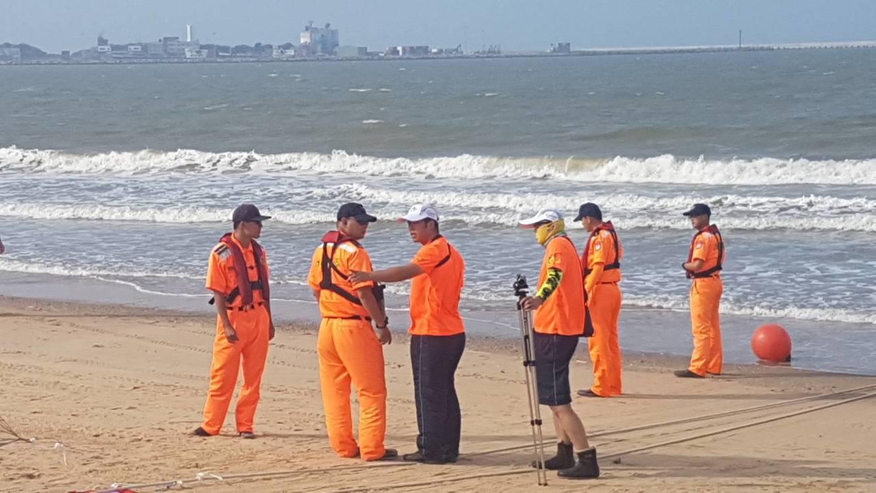 風險評估人員進行海象量測。 主辦單位提供