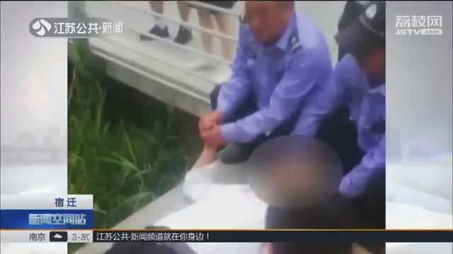 江蘇一名老人晨運倒退走,摔進池塘骨折。圖取自江蘇公共新聞