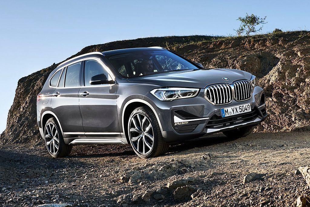 今年5月BMW推出中期小改X1,透過家族化新雙腎形水箱護罩,與更俐落的前保桿造型...