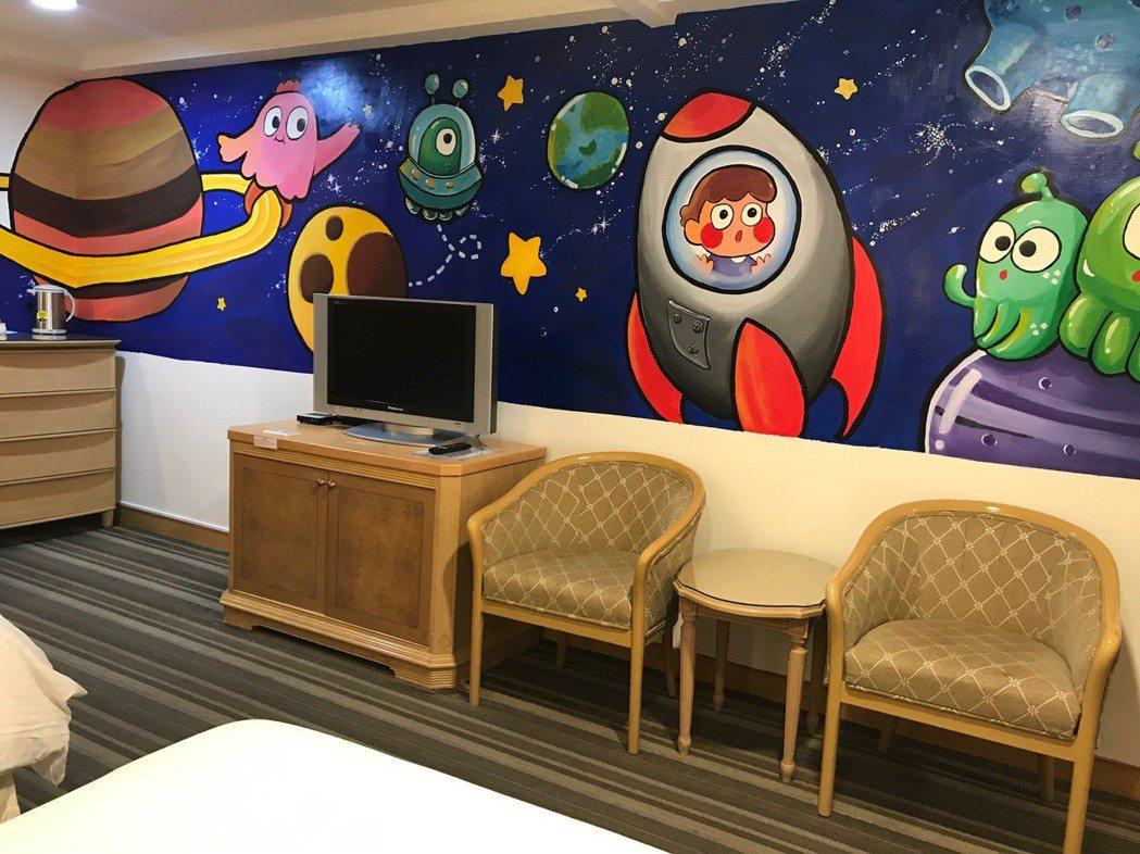 劍橋大飯店所推出親子主題彩繪房-遨遊太空房(科幻主題)。 張傑/攝影
