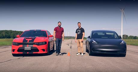 影/Tesla Model 3對上707匹地獄貓!燃油車、電動車之戰越打越烈