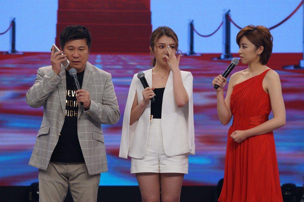 蔡家蓁(中)含淚退賽,胡瓜(左)和王瞳都祝福她用力去飛。圖/民視提供