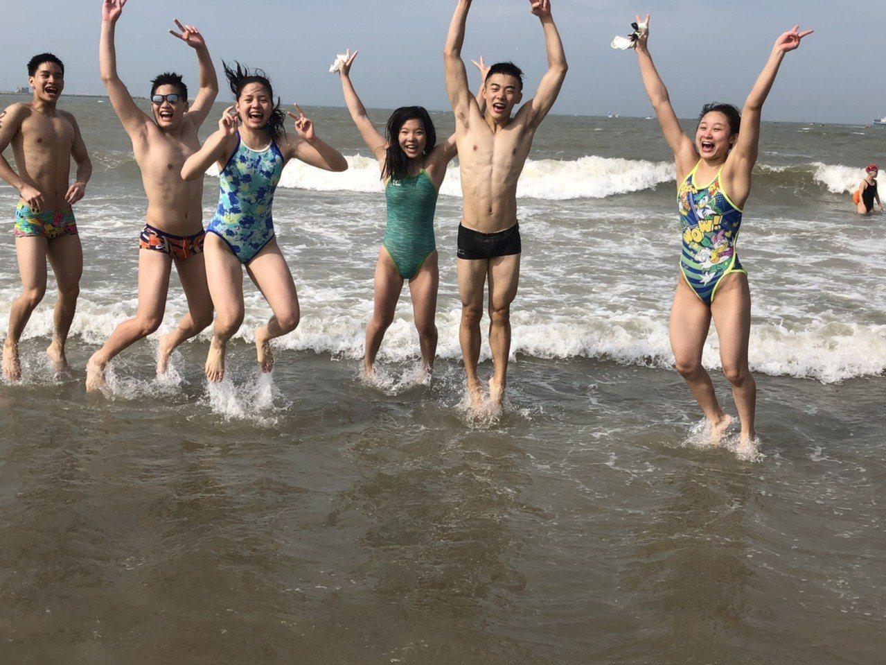 邁入第17年的「搶灘料羅灣海泳」活動,每年都吸引兩岸四地上千名遊客到場參與。記者...
