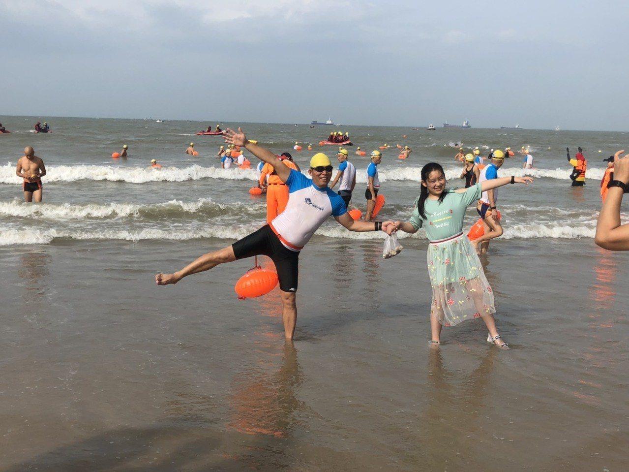 遠道而來的各地泳士,「苦中作樂 」到海邊拍照留念。記者蔡家蓁/攝影